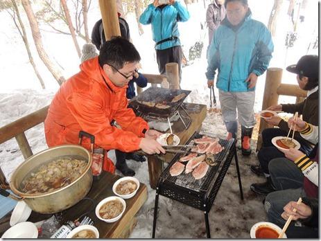 お楽しみの昼食タイム♪(朝日豚BQ&芋煮)