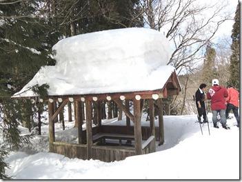 コテージの屋根の雪がすごい(2m!?)