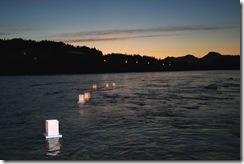 清流荒川を流れる燈篭…