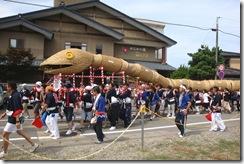 高瀬温泉街を通る大蛇パレード