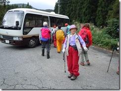 お迎えのバスの所まで無事に到着