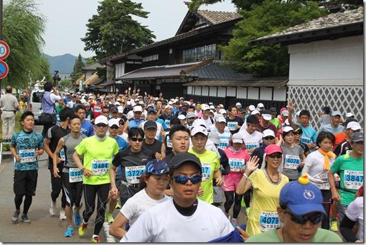 関川マラソン写真(国重文 渡邉邸の前を行く…)